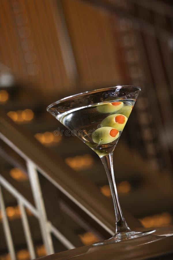 Martini com azeitonas. imagens de stock royalty free