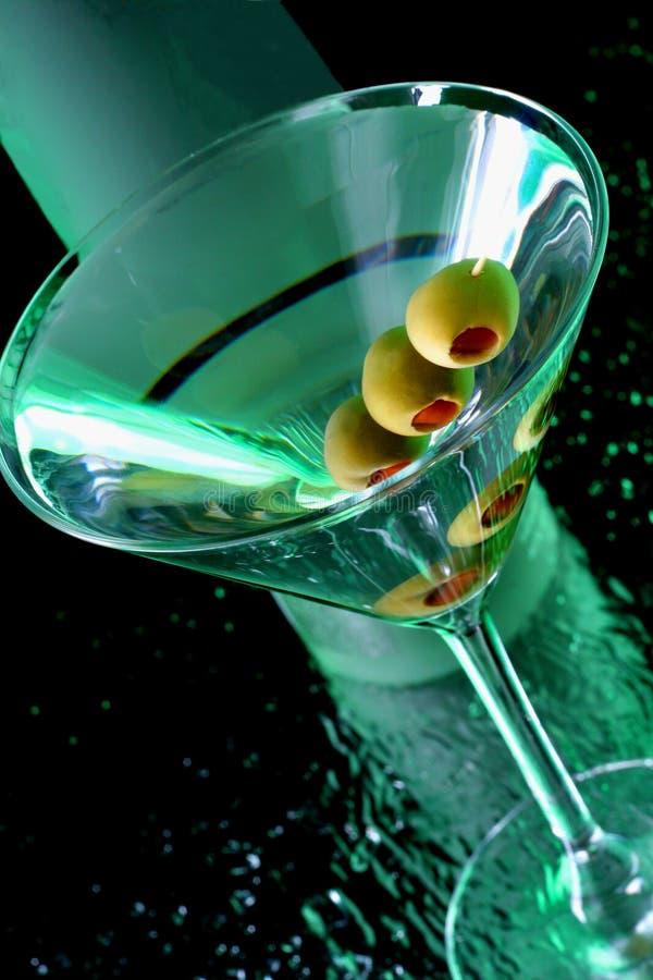 Martini con las aceitunas fotos de archivo