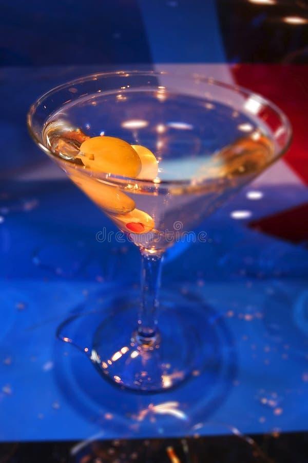 Martini con le olive in esso immagini stock