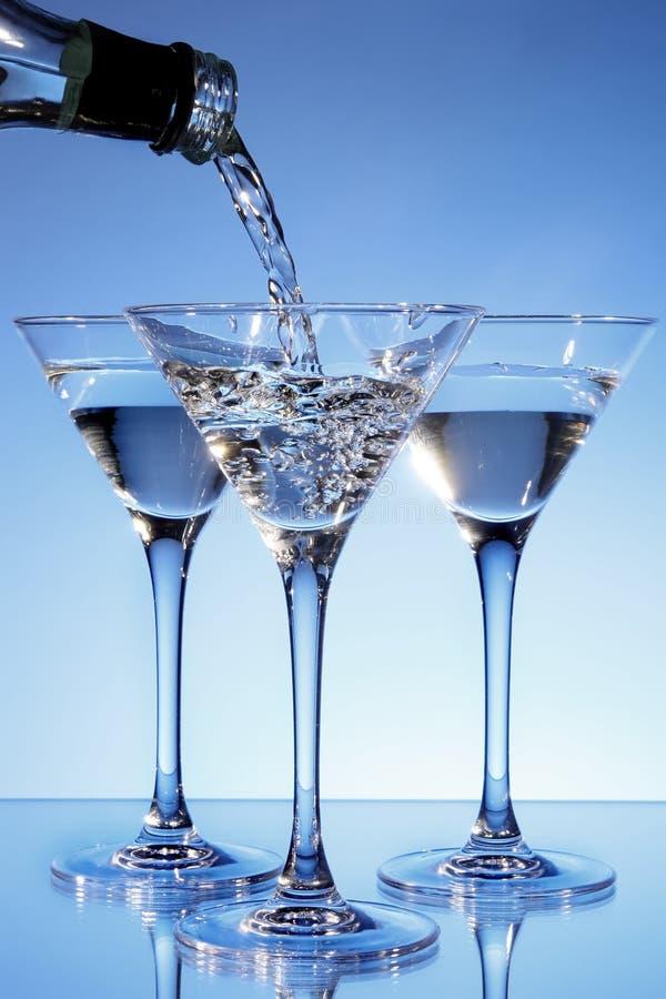 Martini, der in ein Glas gegossen wird lizenzfreies stockbild