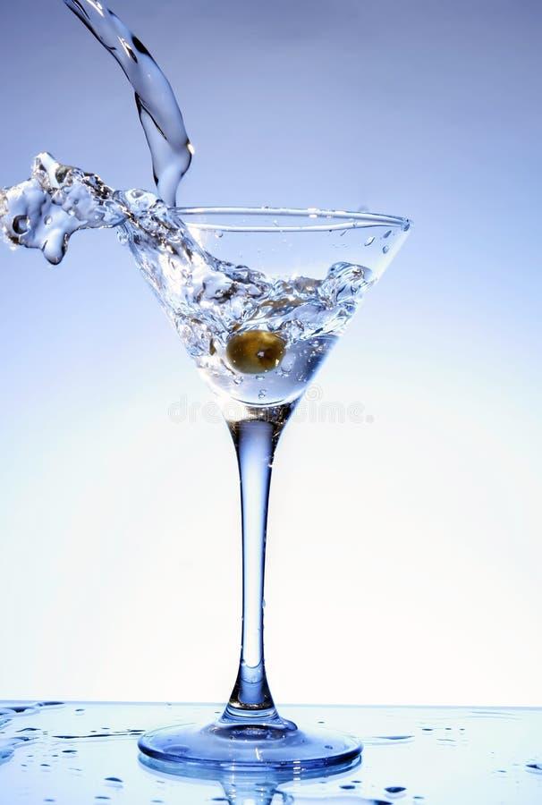 Martini, der in ein Glas gegossen wird stockfoto