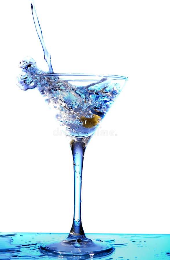 Martini, der in ein Glas gegossen wird lizenzfreie stockfotografie