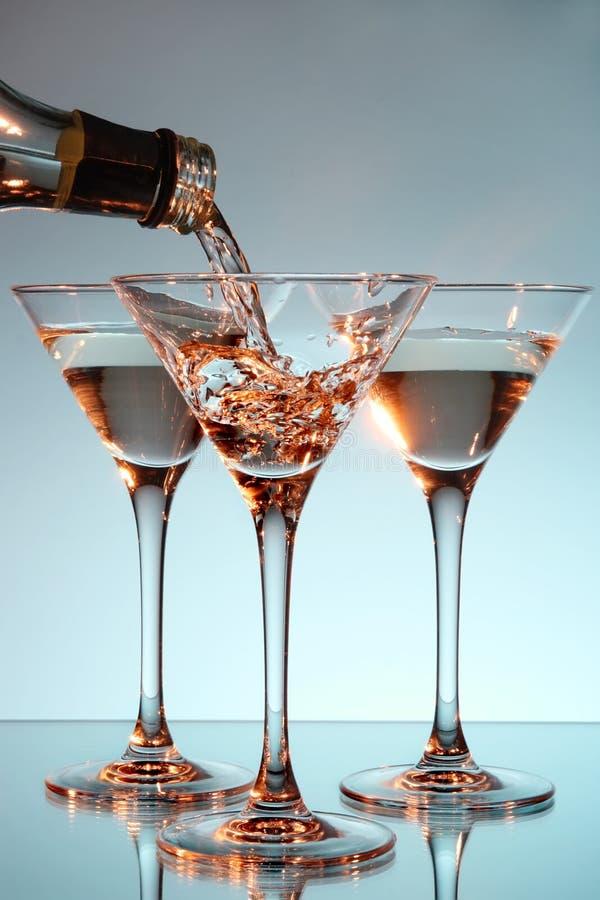 Martini, der in ein Glas gegossen wird lizenzfreie stockfotos