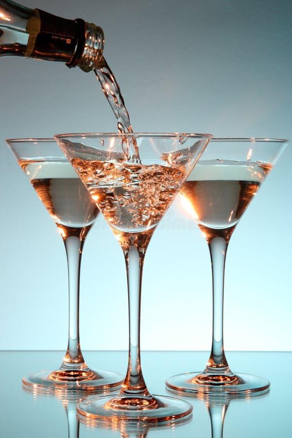 Martini, der in ein Glas gegossen wird stockfotografie