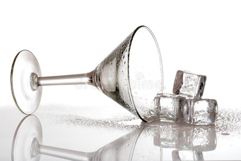 Martini derramado com cubos de gelo fotografia de stock