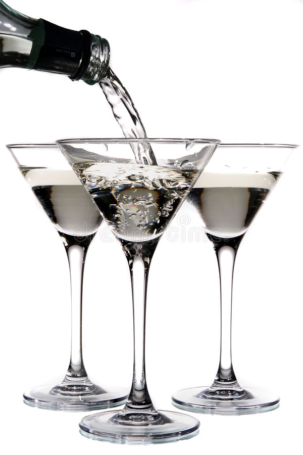 Martini die in een glas wordt gegoten stock foto
