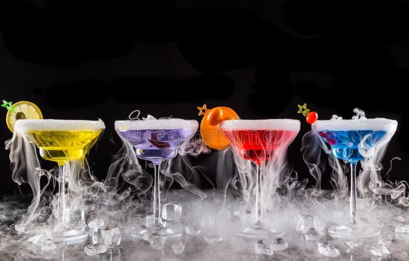 Martini drinkar med rökeffekt för torr is fotografering för bildbyråer