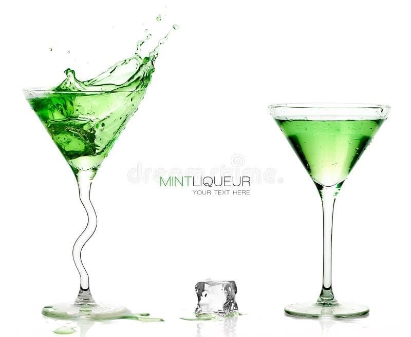 Martini-Gläser mit dem Spritzen von grünen Cocktails Schablonendesign stockfotografie