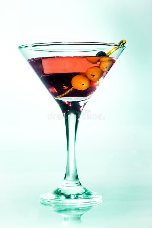 Martini-glas met groene olijven royalty-vrije stock foto
