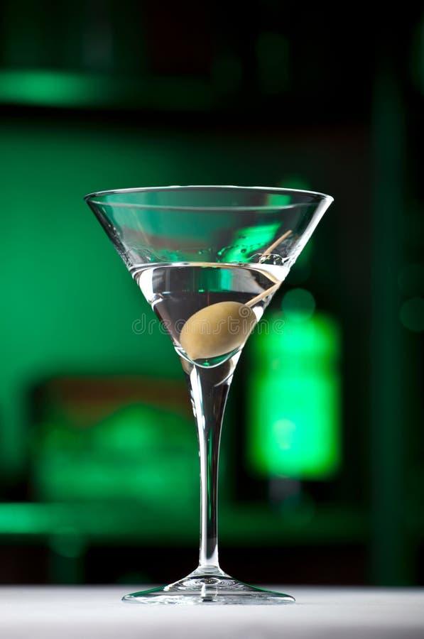 Martini-Glas mit Olive stockfotografie