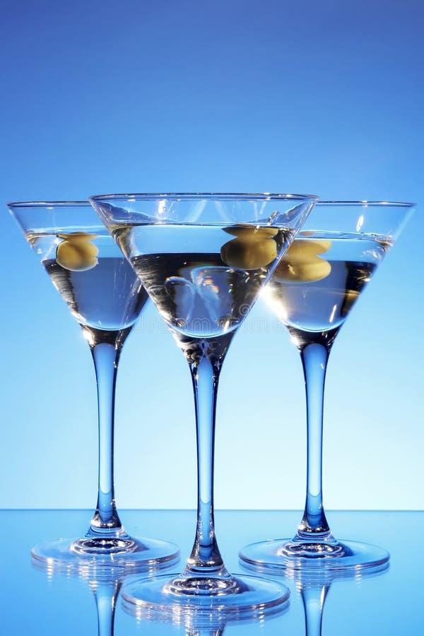 Martini-Glas mit Olive nach innen lizenzfreies stockfoto