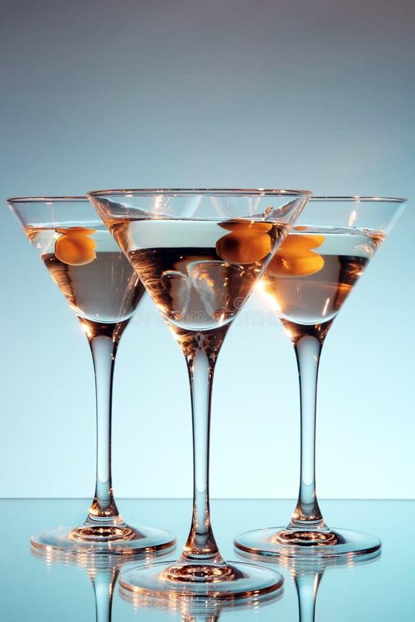 Martini-Glas mit Olive nach innen lizenzfreie stockbilder