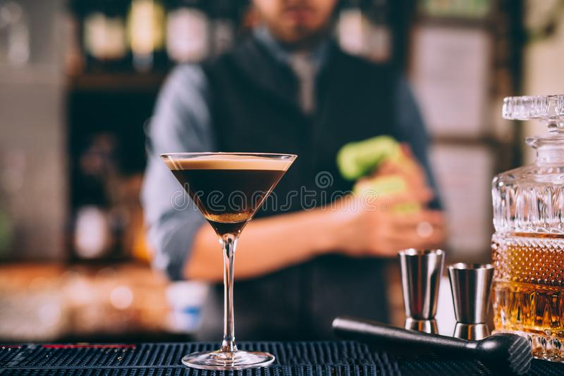 Martini ha basato il cocktail del whiskey misto con la birra fotografie stock
