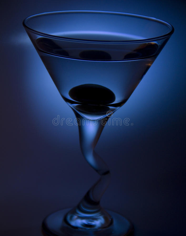 Martini mit Olive lizenzfreie stockbilder