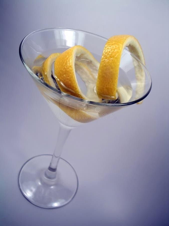 Martini mit Zitrone-Torsion lizenzfreie stockbilder