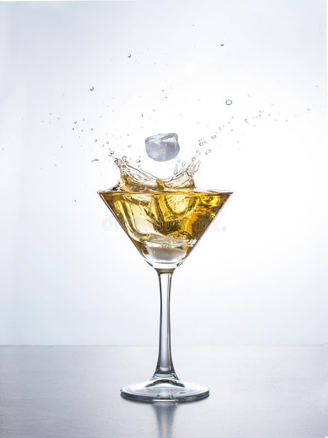 Martini o cóctel con el chapoteo foto de archivo libre de regalías