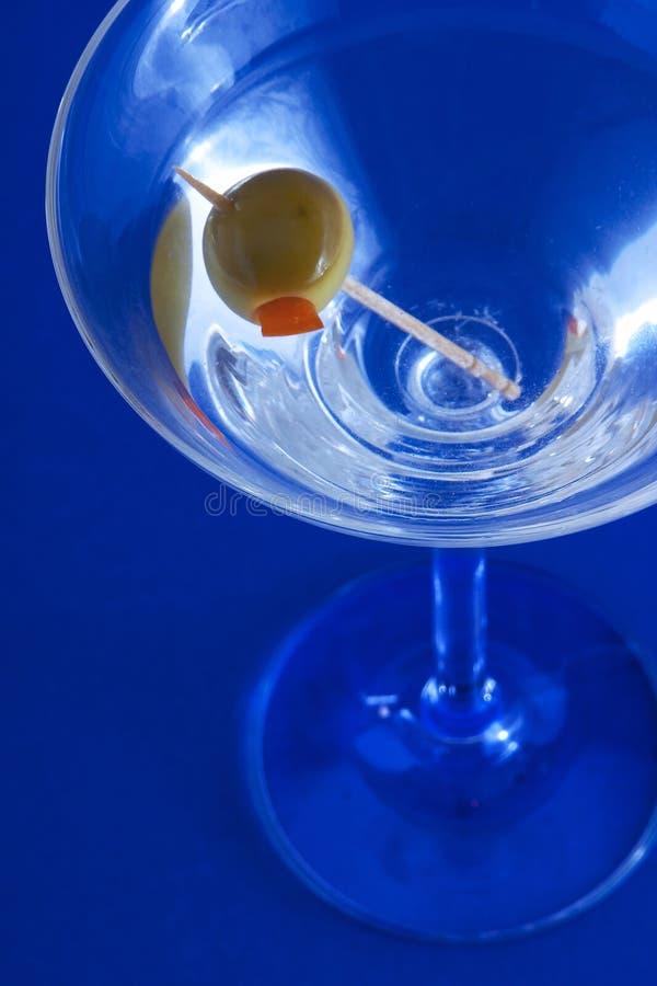 Martini op blauwe achtergrond stock afbeelding