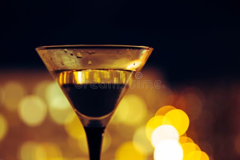 Martini sur le fond de la ville de nuit Bokeh image libre de droits