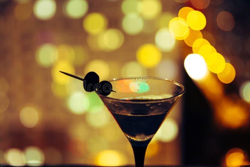 Martini sur le fond de la ville de nuit Bokeh images libres de droits