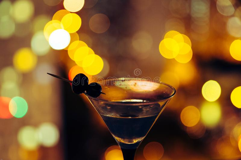 Martini sur le fond de la ville de nuit Bokeh photographie stock