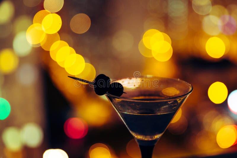 Martini sur le fond de la ville de nuit Bokeh image stock