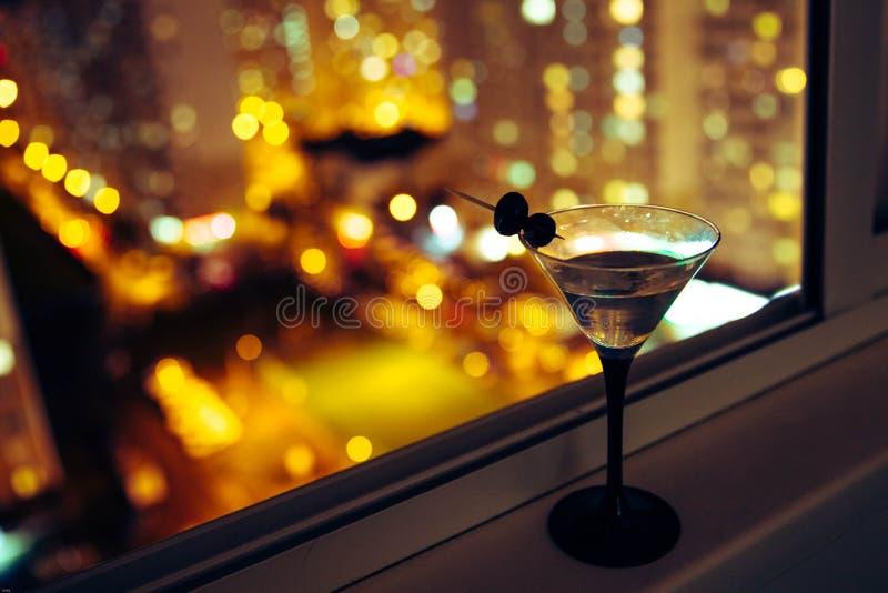 Martini sur le fond de la ville de nuit Bokeh photographie stock libre de droits