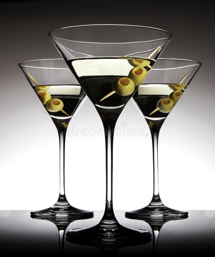 Martini szkła z oliwkami fotografia stock