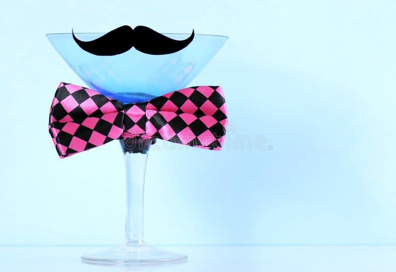 Martini szkło z wąsy, łęk kopii i krawata przestrzenią i fotografia royalty free