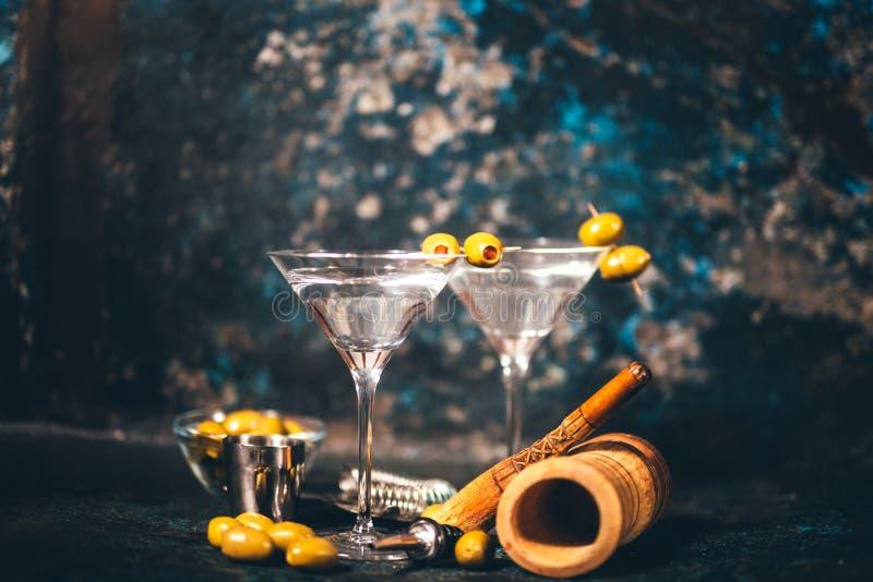 Martini torr coctail Klassiska martini med oliv som tjänas som förkylning i restaurang eller klubba Alkoholiserade coctailar i lo arkivbilder