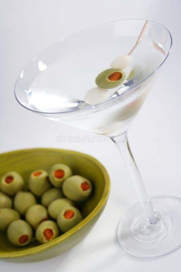 Martini und grüne Oliven stockfotos