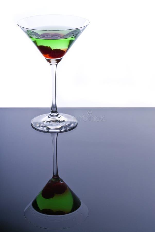 Martini vert avec des cerises de Maraschino photographie stock libre de droits