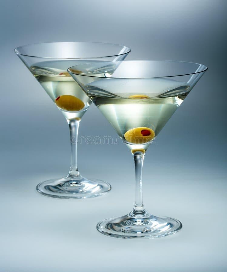 Martini z oliwką. Wermutu koktajl odizolowywający fotografia royalty free