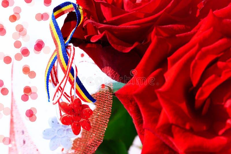 Martisor z Rumuńskimi tricolor elementami, czerwonymi różami i dekoracyjnym wakacyjnym tłem, Mołdawska i Rumuńska wiosna i miłość obrazy stock