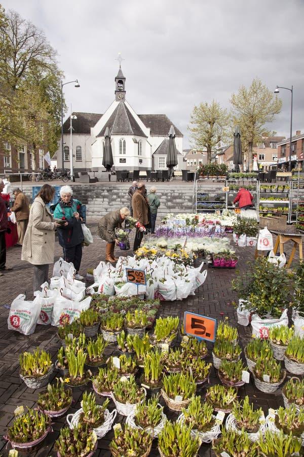 Martket da flor e igreja velha em Veenendaal foto de stock