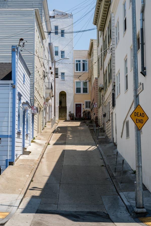 Martwy koniec aleja z stromą ulicą, czystymi chodniczkami i miło malującymi domami w San Francisco, fotografia royalty free