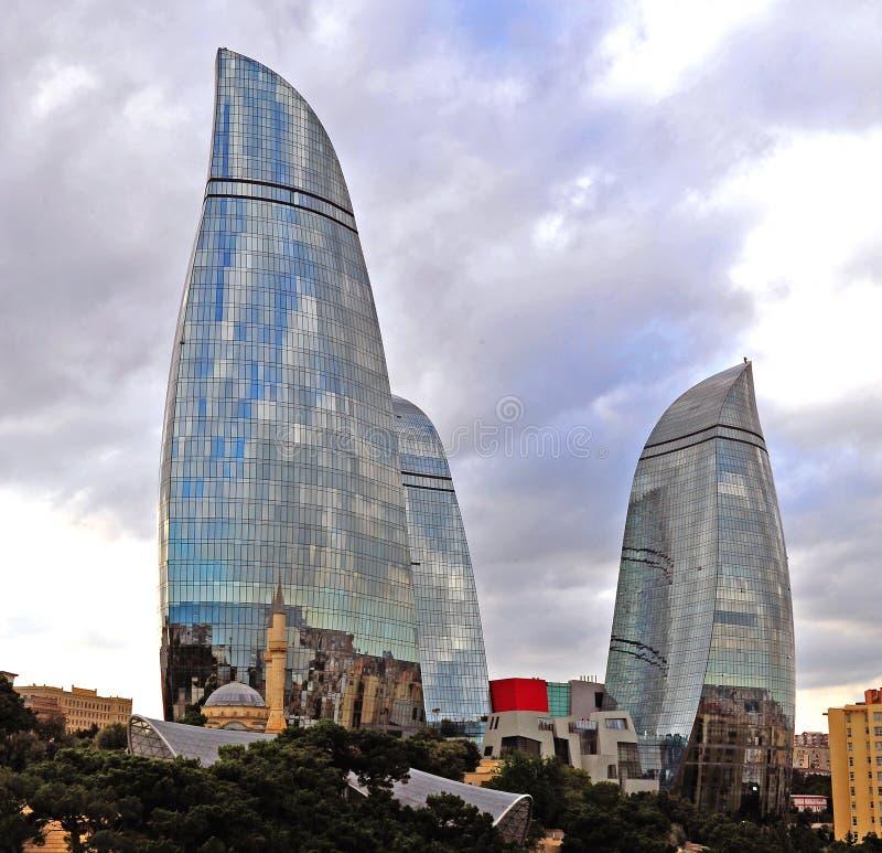 Martyrs la mezquita delante de torres de la llama en Baku foto de archivo libre de regalías