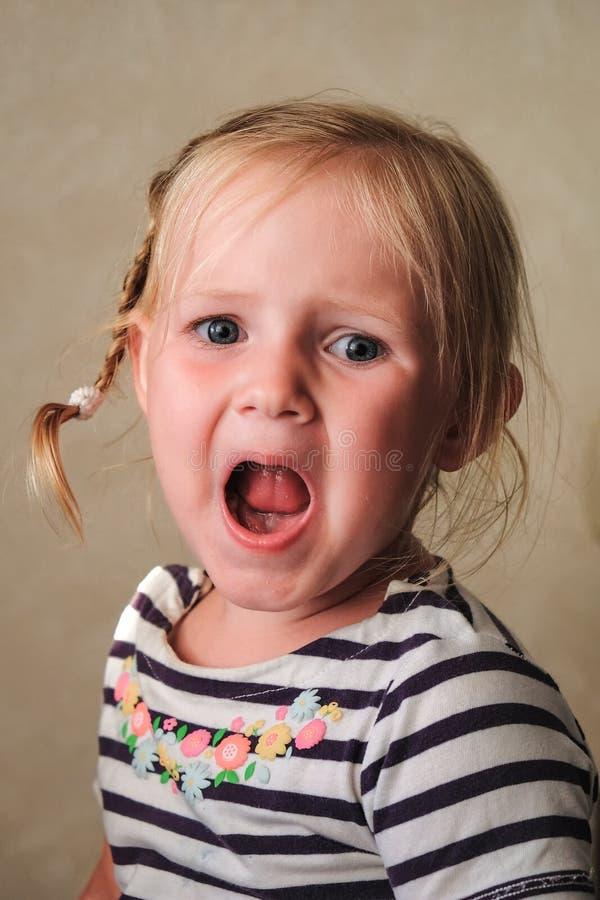 Marudny nieszczęśliwy dziecko jest siedzący out głośnego i płaczący zdjęcie stock