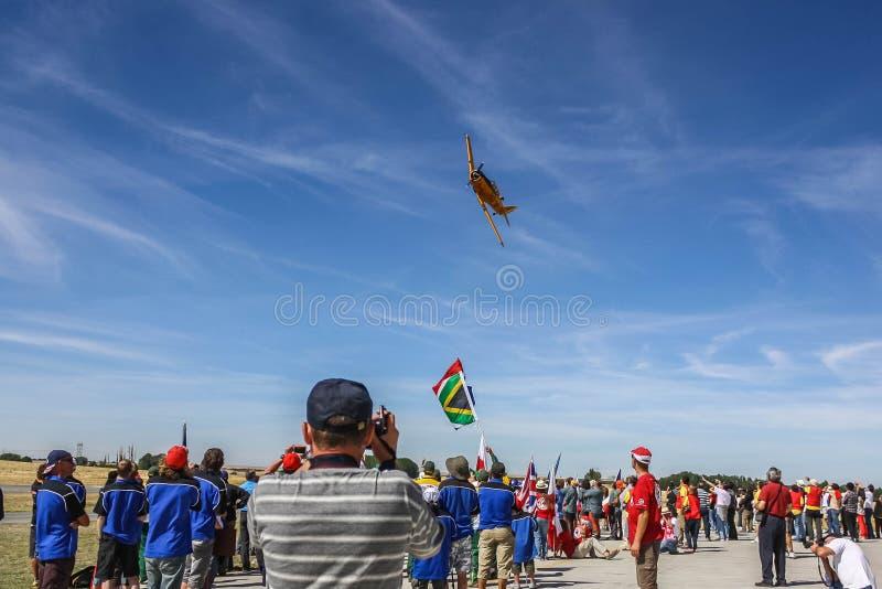 Marugan,西班牙- 08 26 2012年:国际体育队的大小组在f的世界竞争前观看airshow 免版税图库摄影