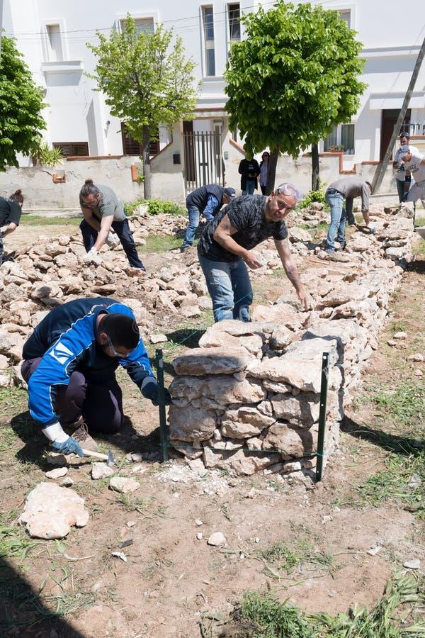 Maruggio, Italia - 28 de abril de 2019 - construcci?n de una pared baja - viejo arte arquitect?nico tradicional de Apulian - Mure fotos de archivo