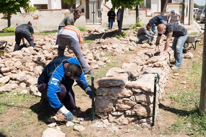 Maruggio, Italia - 28 de abril de 2019 - construcci?n de una pared baja - viejo arte arquitect?nico tradicional de Apulian - Mure imagen de archivo libre de regalías