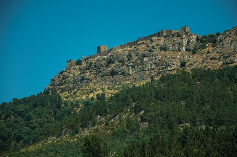 Marvao by överst av den högväxta brant klippa arkivfoton