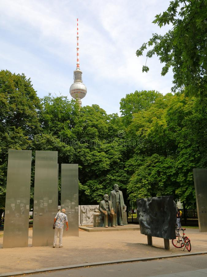 Marx-Engels forum med Karl Marx och Friedrich Engels Monument och allestädes närvarande Berlin Television Tower Berliner Fernseht royaltyfri fotografi
