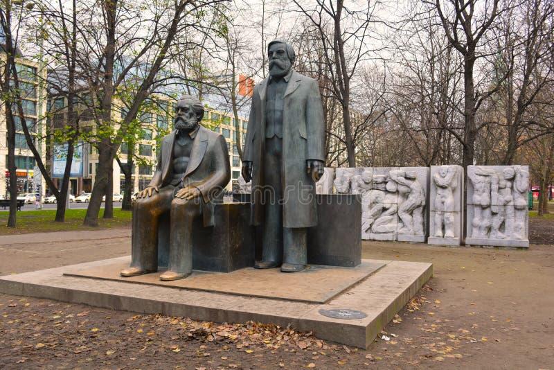 Marx Engels Forum (minnesmärke) i östliga Berlin royaltyfri fotografi