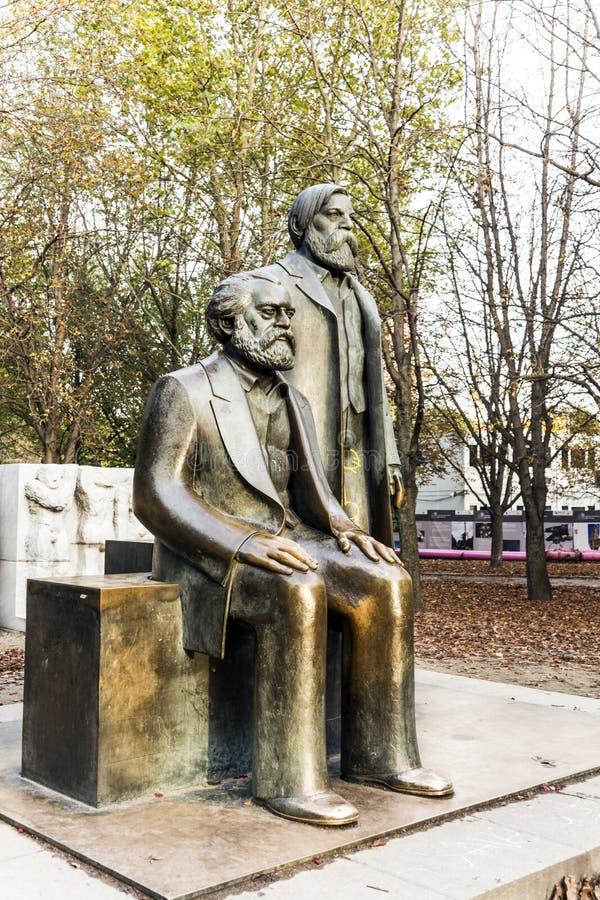 Marx-Engels-monument i Tyskland Berlin arkivbilder