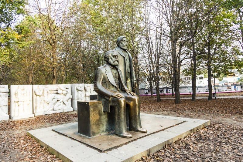 Marx-Engels-monument i Tyskland Berlin royaltyfri fotografi