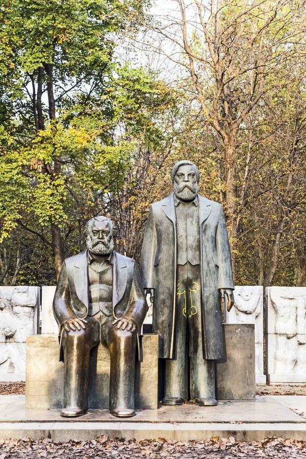 Marx-Engels-monument i Tyskland Berlin arkivbild