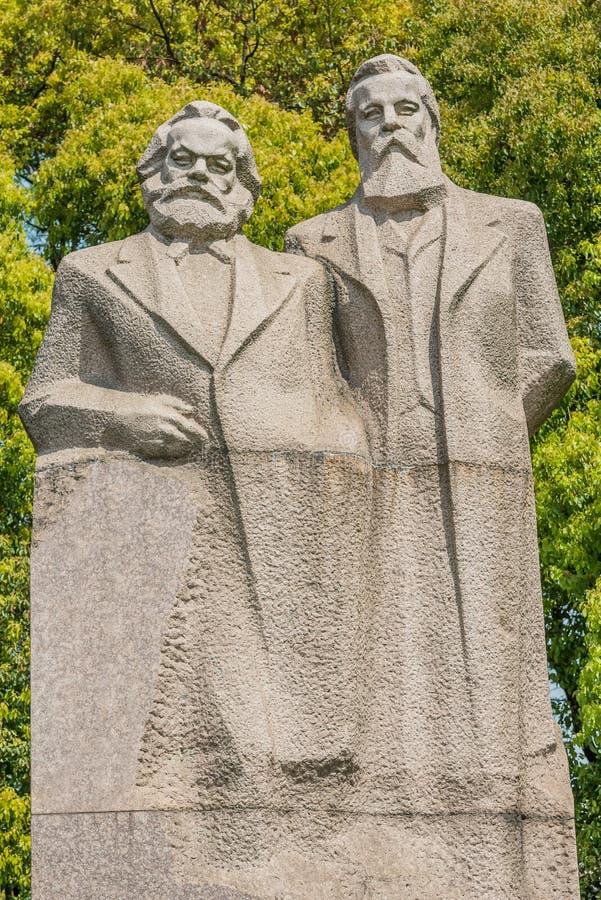 Marx och den engels statyn i fuxing parkerar det shanghai porslinet royaltyfri foto