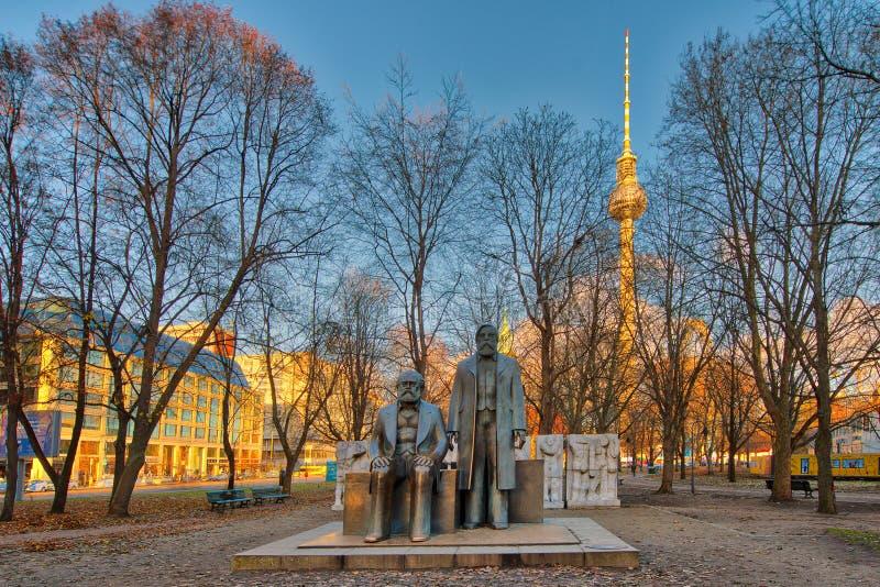 Marx och Engels staty i Marx Engels Forum i Alexanderplatz wi royaltyfri fotografi