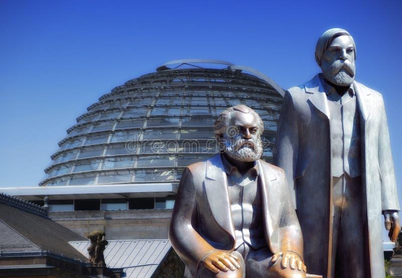 Marx und Engels und das Reichstag in Berlin stockbilder