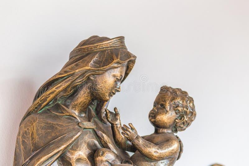 Mary держа святого ребенка Иисуса стоковое изображение rf